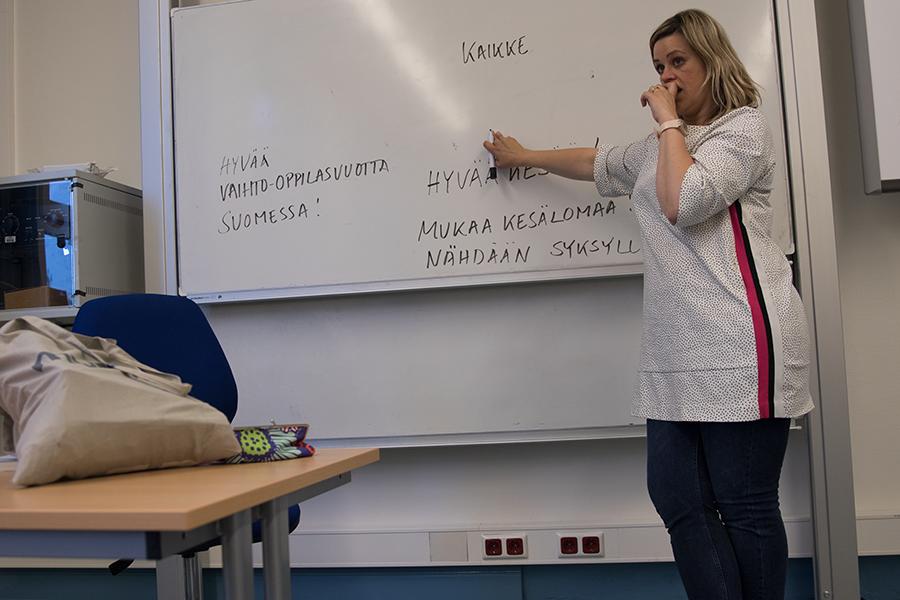 Krista an der Tafel finnisch lernen