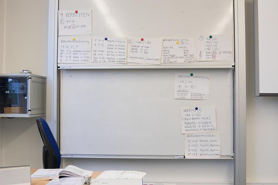 Tafel mit Lernzetteln finnisch lernen