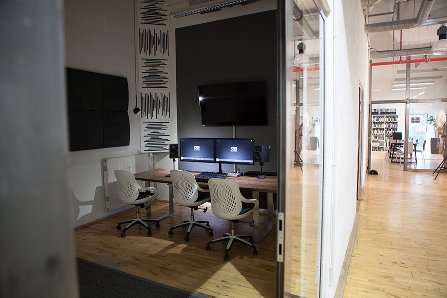 Blick in ein neues Audiostudio und neue Bibliothek im Hintergrund - Tür
