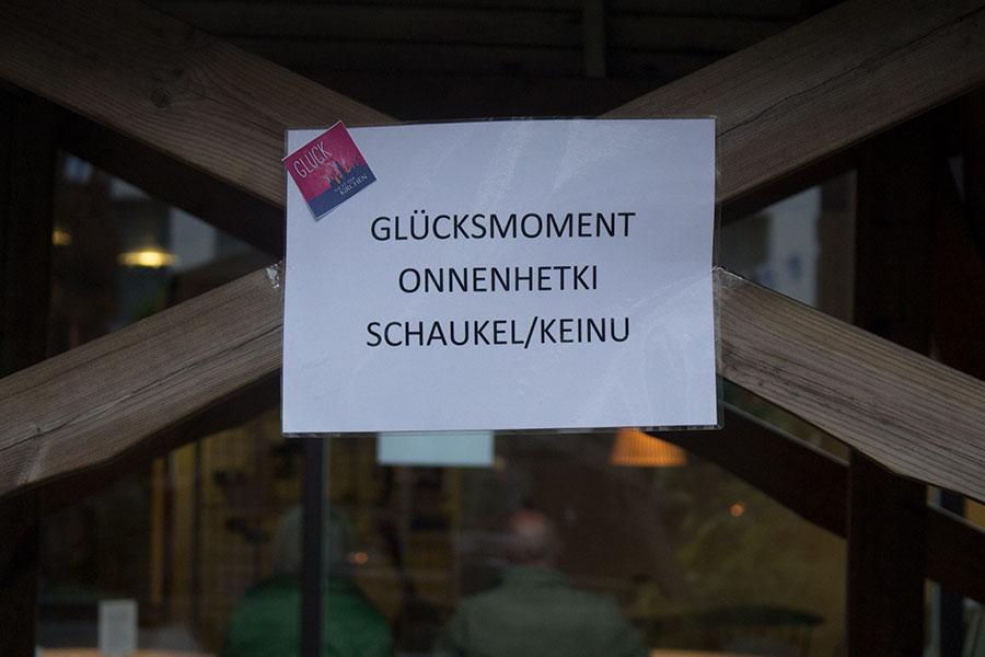 Schild an einer Schaukel an der finnischen Seemannskirche