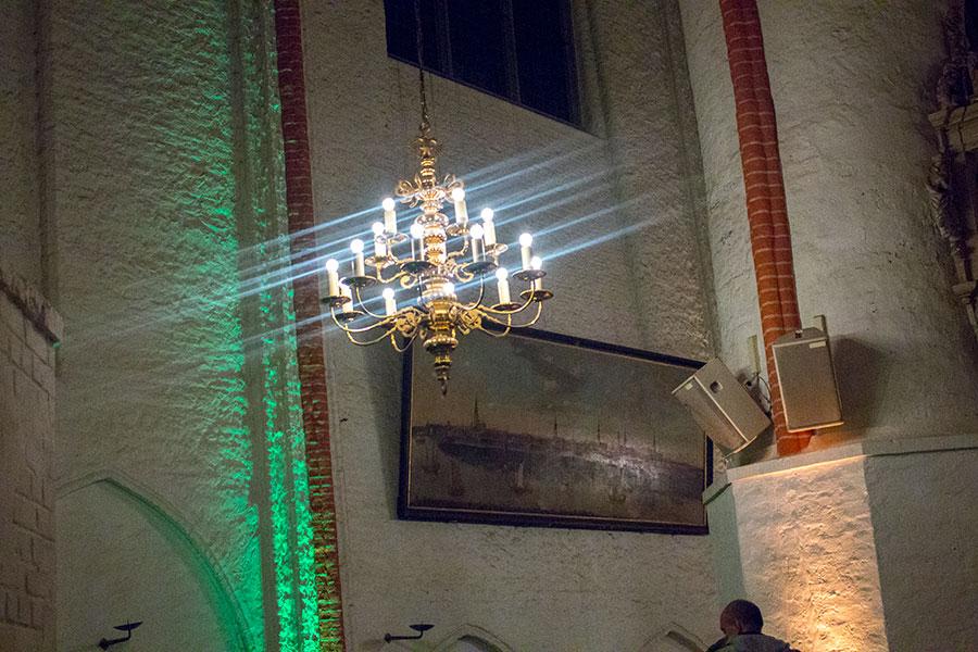 Kronleuchter und Bild in der St. Jacobi Kirche