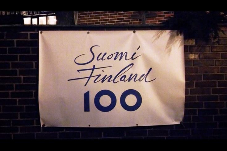 Suomi 100 Fahne draußen