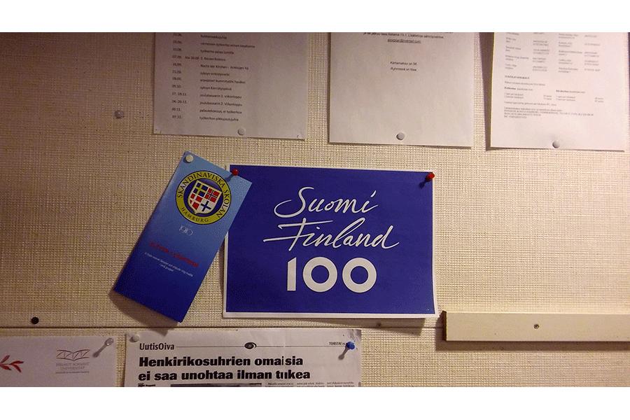 Suomi 100 Schild drinnen
